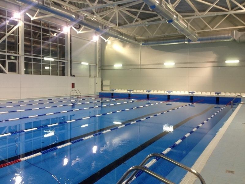 Бассейн в спорткомплексе дельфин