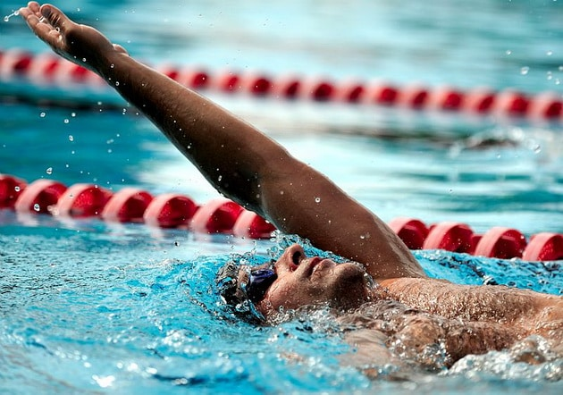 техника плавания на спине
